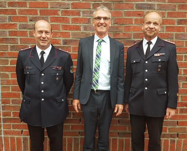v.l. Wehrführer Nico Hintz, Bürgermeister Dirk Petersen, Wehrführer a.D. Dirk Sacher